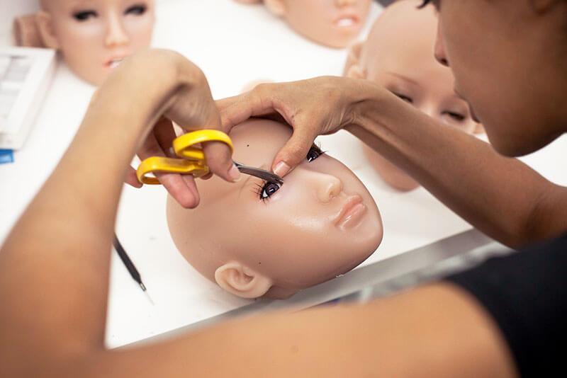 Maquillage de visage de poupée silicone